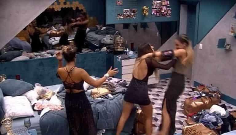 Hariany dá empurrão em Paula, que cai