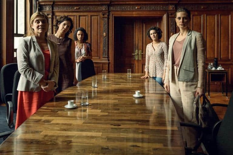 Stela ( Adriana Esteves ), Vera ( Fernanda D'Umbra ), Daiane ( Jéssica Ellen ), Maria José ( Hermila Guedes ) e Eugênia ( Paula Possani ) se reúnem no Ministério público e começa a surgir uma rede de apoio