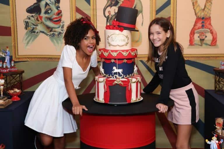 Alana Cabral recebe a amiga Clara Galinari em sua festa de aniversário