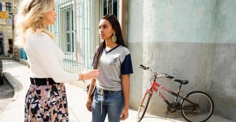 Jaqueline enfrenta Karina na frente da escola