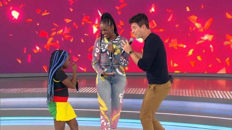 Rodrigo Faro recebe cantora Iza e a menina Luara no palco