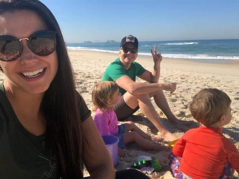 Thais Fersoza e Michel Teló aproveitam praia com os filhos