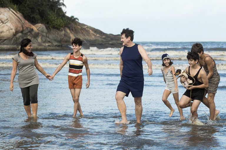 Isabel ( Maju Lima ), Carlos ( Xande Valois ), Julinho ( Davi de Oliveira ), Júlio ( Antonio Calloni ), Lola ( Gloria Pires ) e Alfredo ( Pedro Sol )