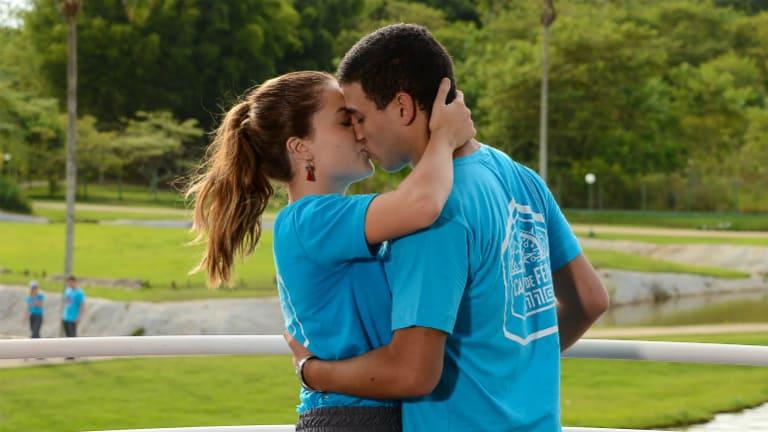 Carla (Raissa Chaddad) e Guilherme (Lawrran Couto) se beijam