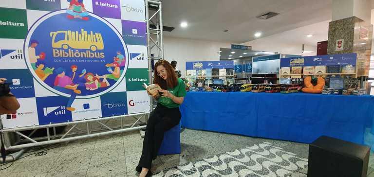A atriz Ami Helena lê trecho de livro de Heloísa Helena Perissé