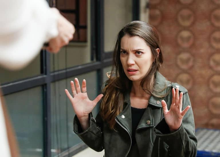 Josiane aponta arma para Fabiana