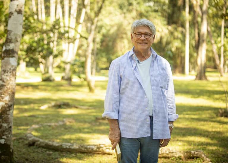 Sérgio Chapelin nos bastidores de gravação da chamada de seu último 'Globo Repórter', realizada no Jardim Botânico do Rio de Janeiro. Programa será sobre a natureza no Serengeti, na África