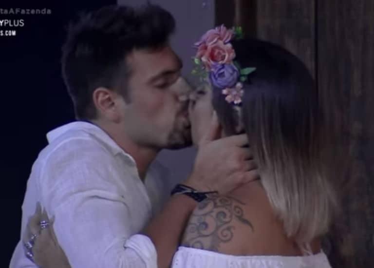 Guilherme Leao e Tati se beijam