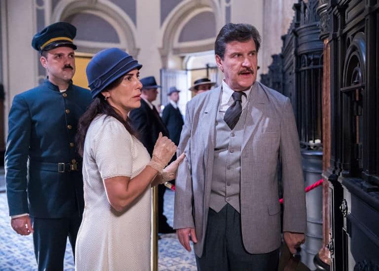 Lola ( Gloria Pires ) e Júlio ( Antonio Calloni ) no banco. Júlio se exalta e o caixa chama o segurança