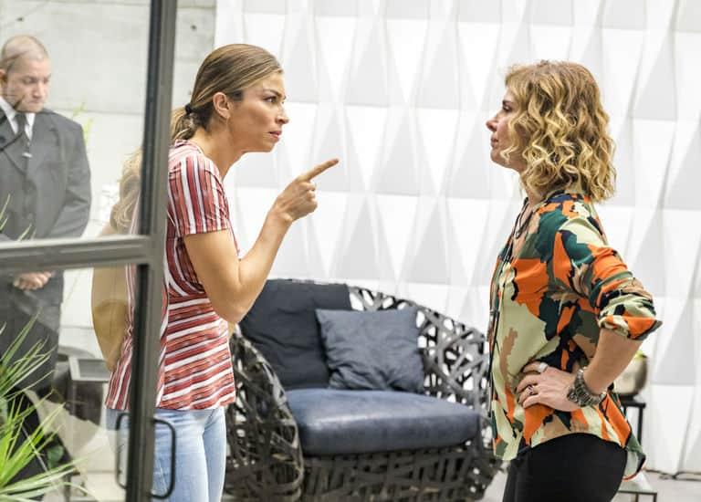 Paloma (Grazi Massafera) confronta Eugênia (Helena Fernandes) por destratar Gabriela