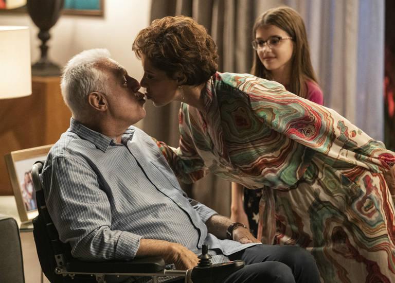 Vera (Angela Vieira) surpreende Alberto (Antonio Fagundes) com um beijo