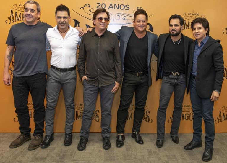 O diretor LP Simonetti, Zezé Di Camargo, Chitãozinho, Leonardo, Luciano e Xororó