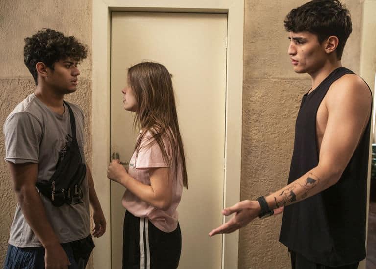Cléber (Gabriel Santana) vê Anjinha (Caroline Dallarosa) e Tatoo (Caian Zattar) se abraçando. Anjinha explica a situação quando Marco (Julio Machado) chega. Cléber sai e Anjinha vai atrás dele