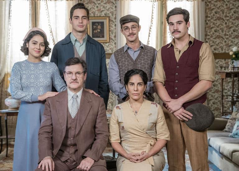 Lola ( Gloria Pires ) se preocupa com sustento da família após morte de Júlio (Antonio Calloni)