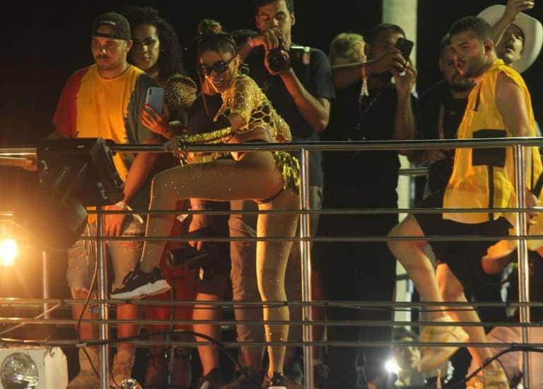 Anitta arrasta multidão em Salvador