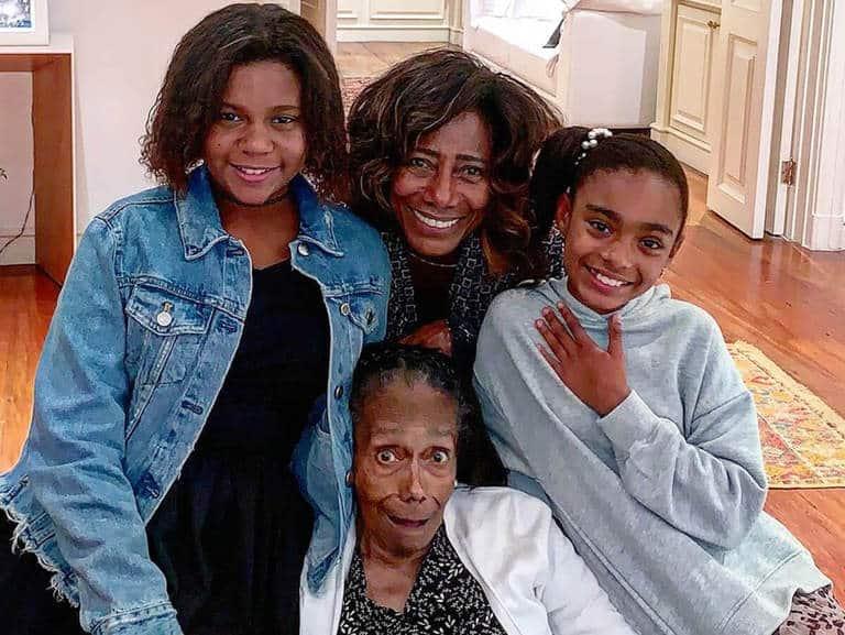 Glória Maria posa ao lado das filhas e da mãe