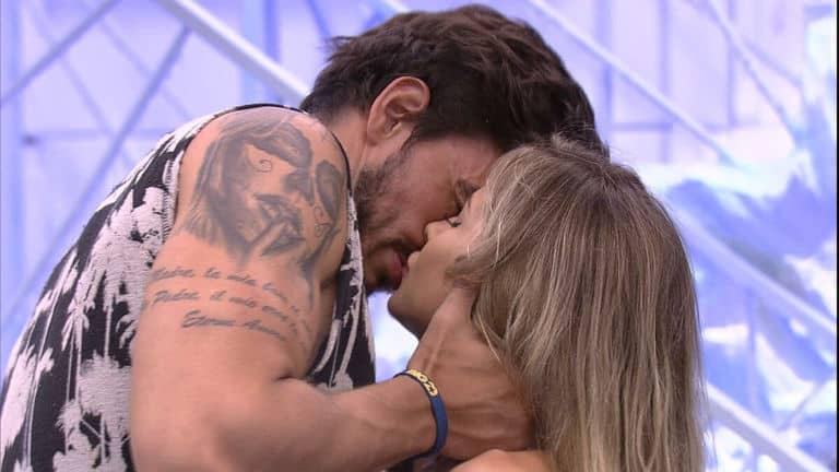 Guilherme e Gabi se beijam