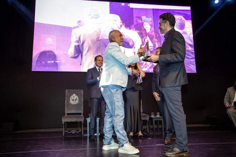 Jô Santana recebe o prêmio de Sérgio Sá Leitão