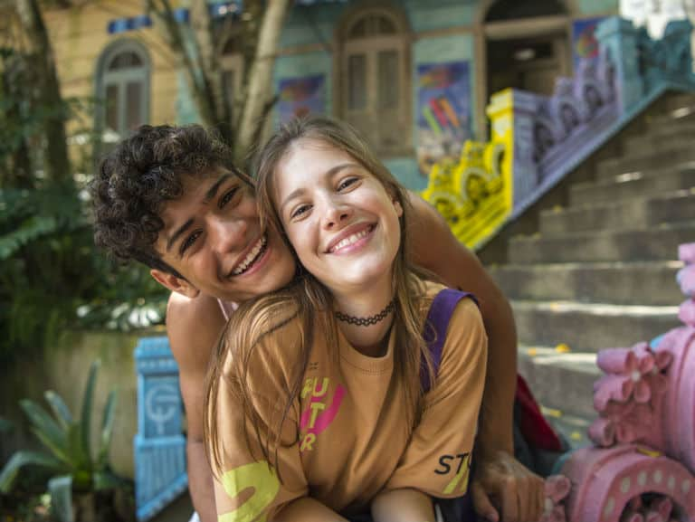 Cléber (Gabriel Santana) e Anjinha (Caroline Dallarosa)