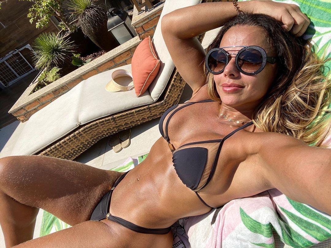 Viviane Araújo surge de biquíni
