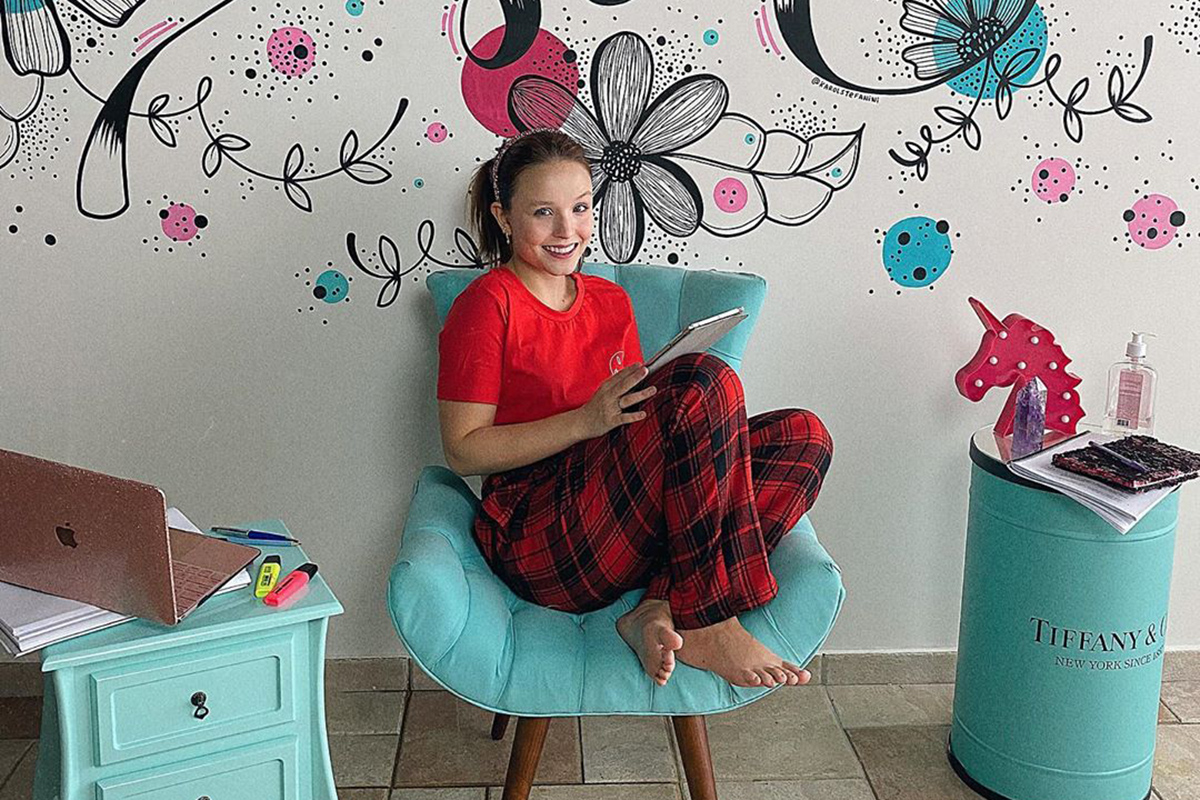 Larissa Manoela começa a estudar para novela na Globo