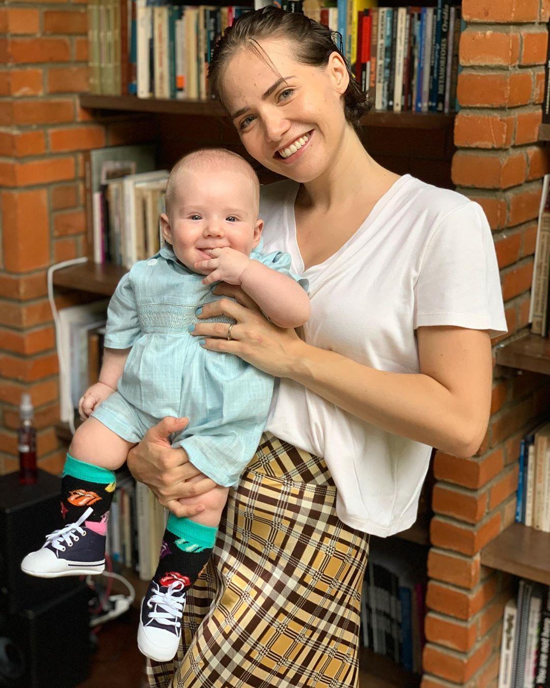 Leticia Colin e o filho, Uri