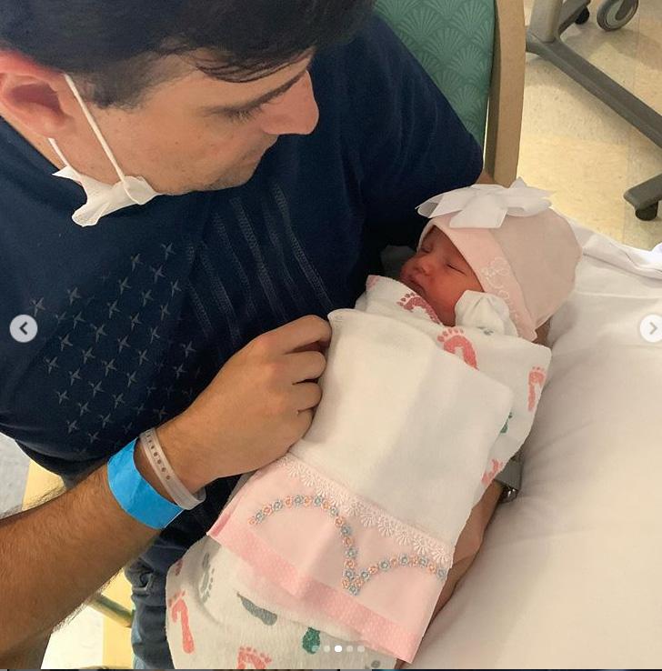 Rodrigo Scarpa apresenta a filha recém-nascida, Laura
