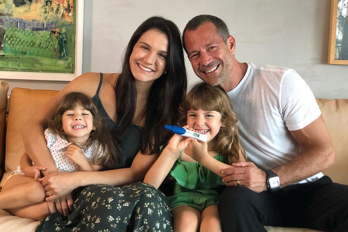 Malvino Salvador com a esposa e as filhas, Ayra e Kyara