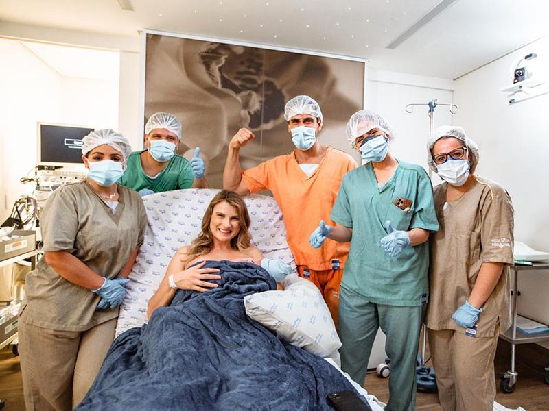 Julio Rocha apresenta o filho recém-nascido