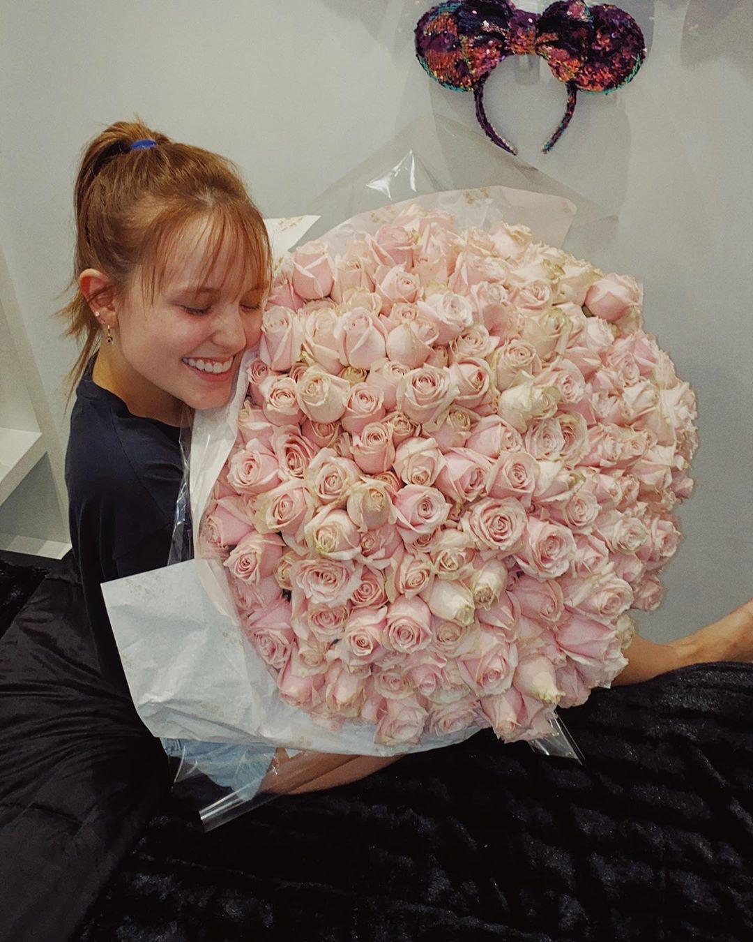 Atriz Larissa Manoela é presenteada no Dia dos Namorados e ganha lindo buquê de flores gigante do amado Leo Cidade: 'Te amo'