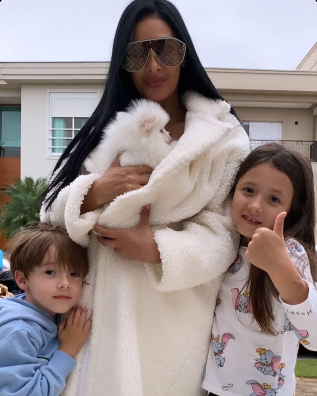 A cantora deu uma cachorrinha para os filhos