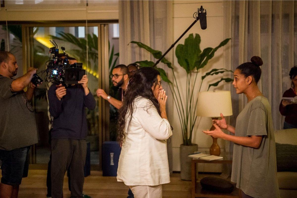 Lurdes (Regina Casé) e Vitória (Taís Araújo) em cena de Amor de Mãe.