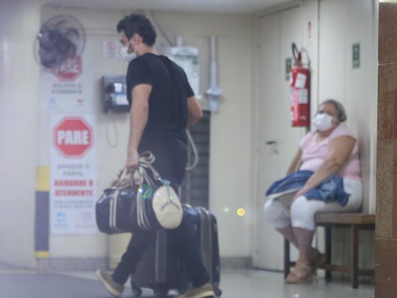 Marcos Veras leva a esposa e o filho para casa