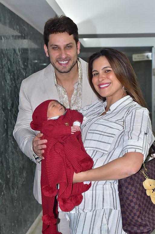 Elieser e Kamilla deixam a maternidade com Bento