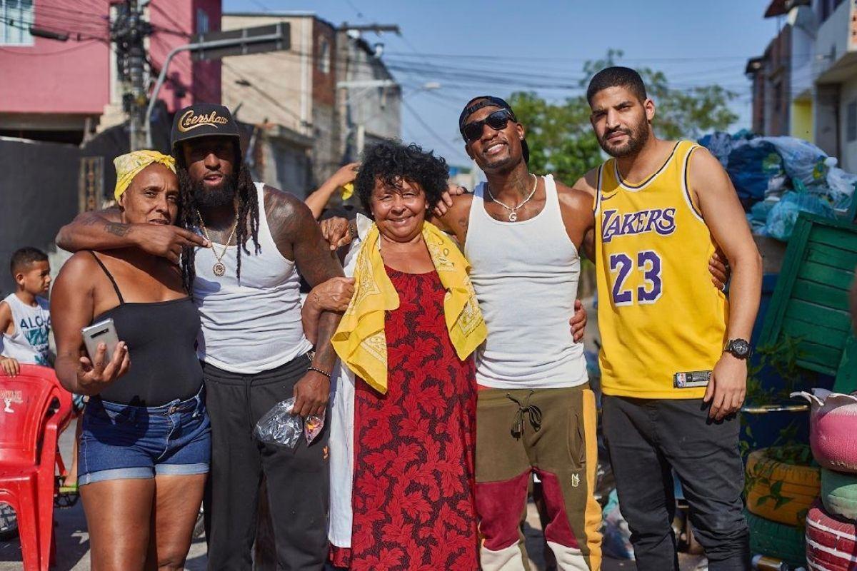 Young e Gshytt, em ação social no Capão Redondo em São Paulo. Foto: reprodução.