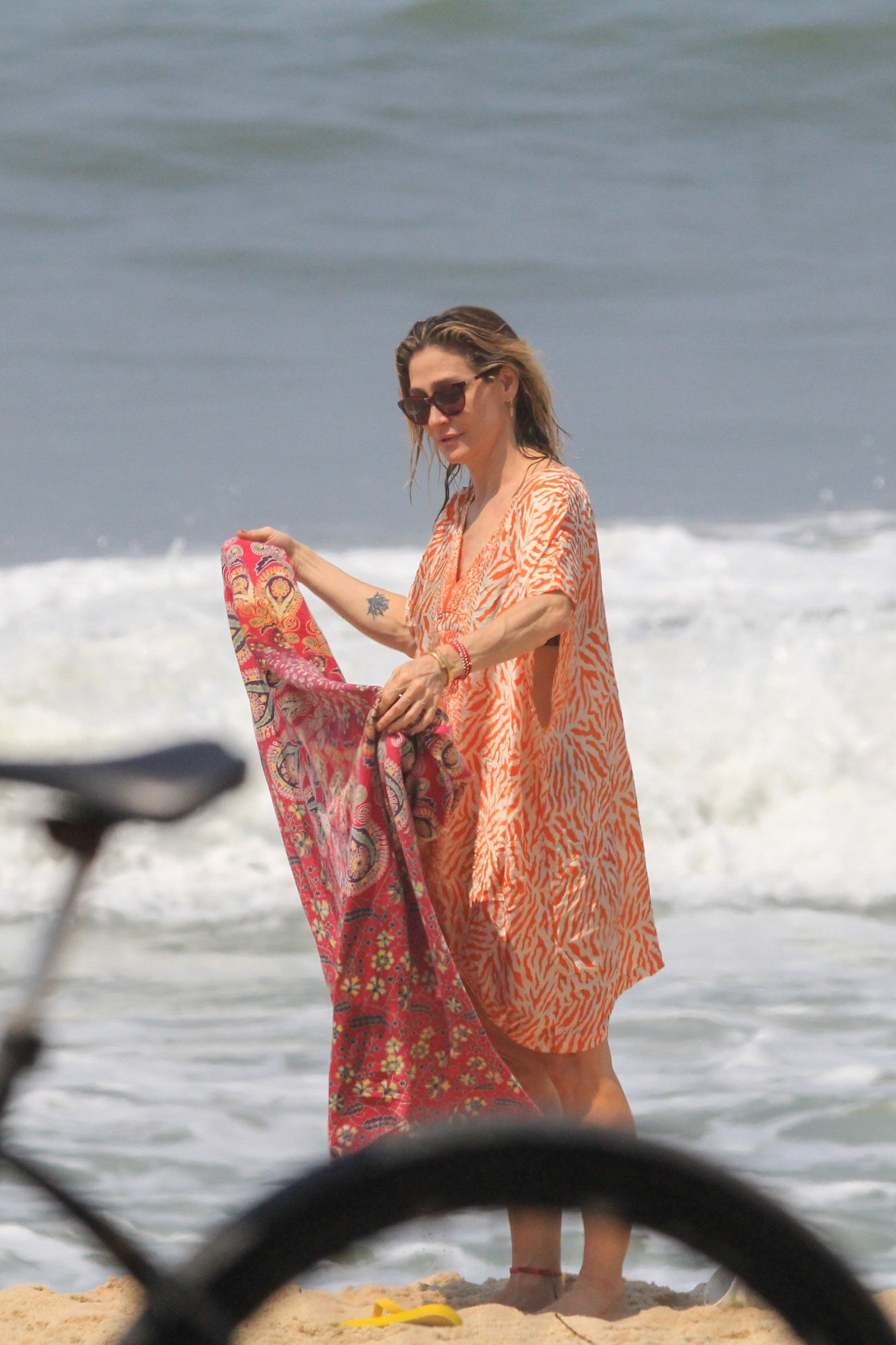 Amora Mautner curte dia na praia com a filha