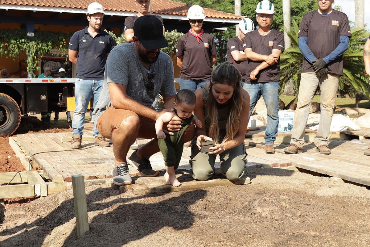 Sorocaba e Biah Rodrigues plantam o umbigo do filho