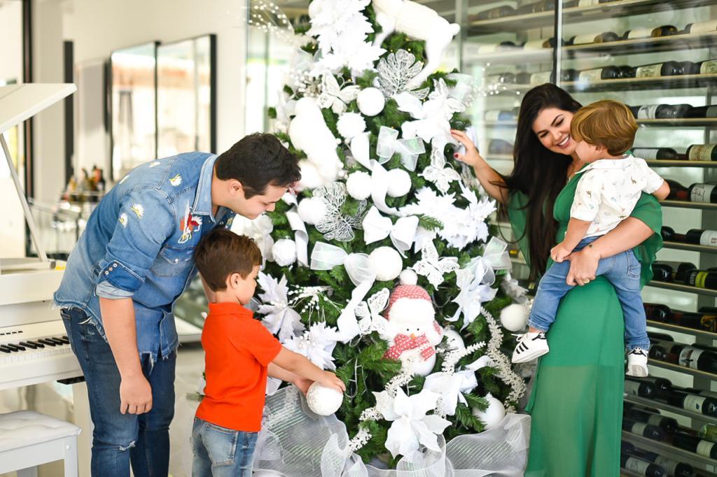 Matheus Aleixo mostra a decoração de Natal de sua casa ao lado da família