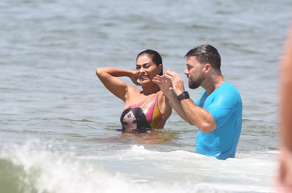 Juliana Paes curte dia na praia com a família