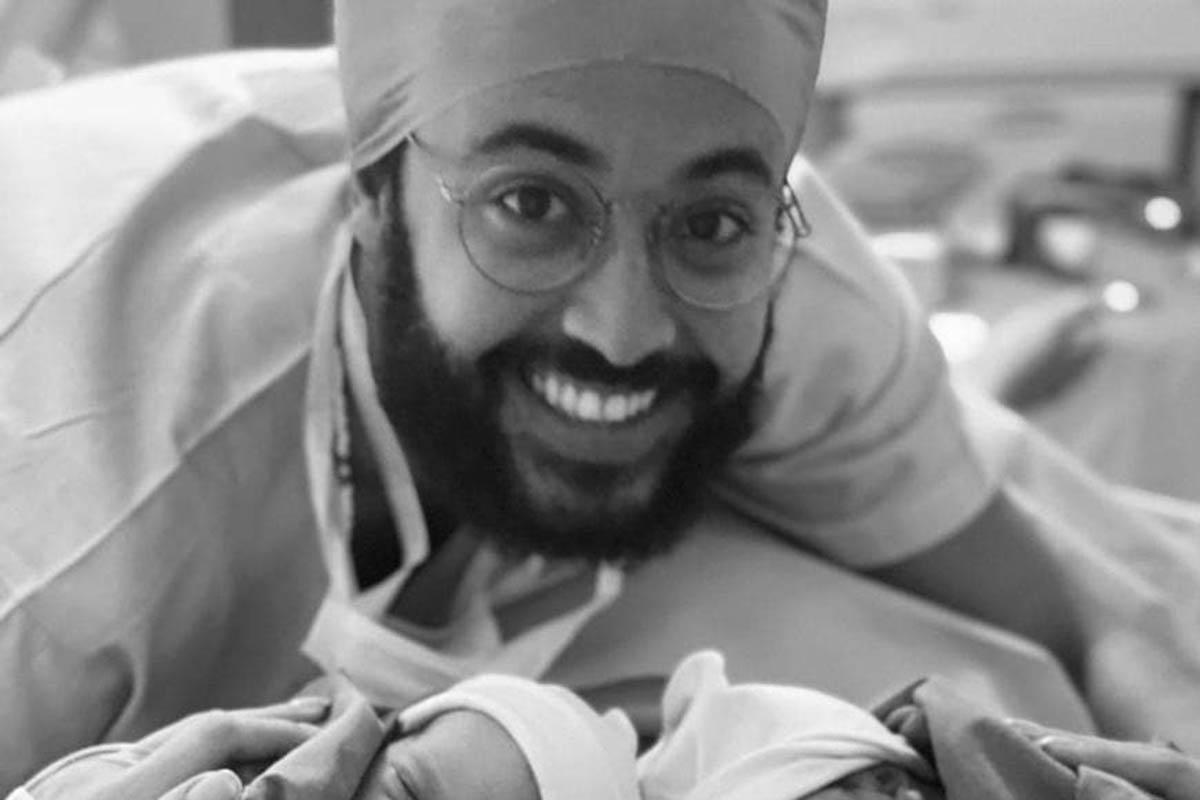 José Gil apresenta as filhas recém-nascidas