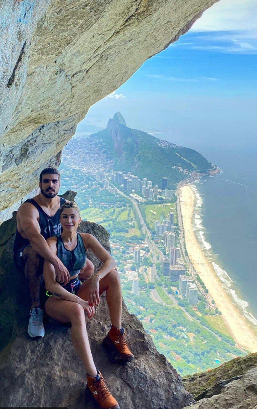 Caio Castro e Grazi Massafera fazem trilha no Rio de Janeiro