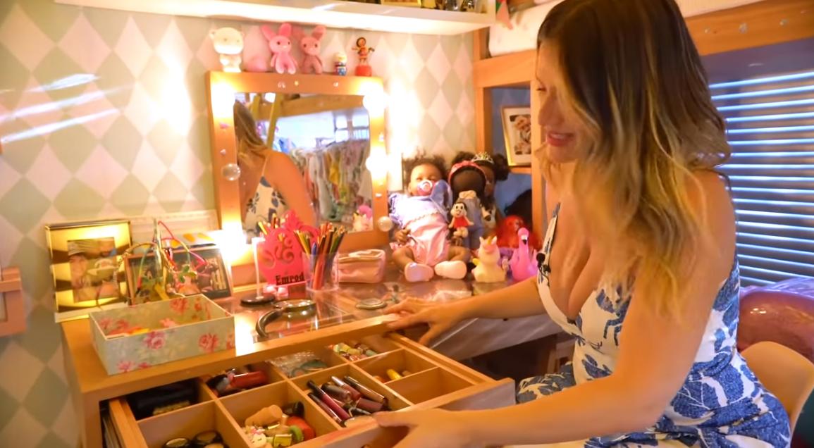 Giovanna Ewbank faz tour no quarto da filha