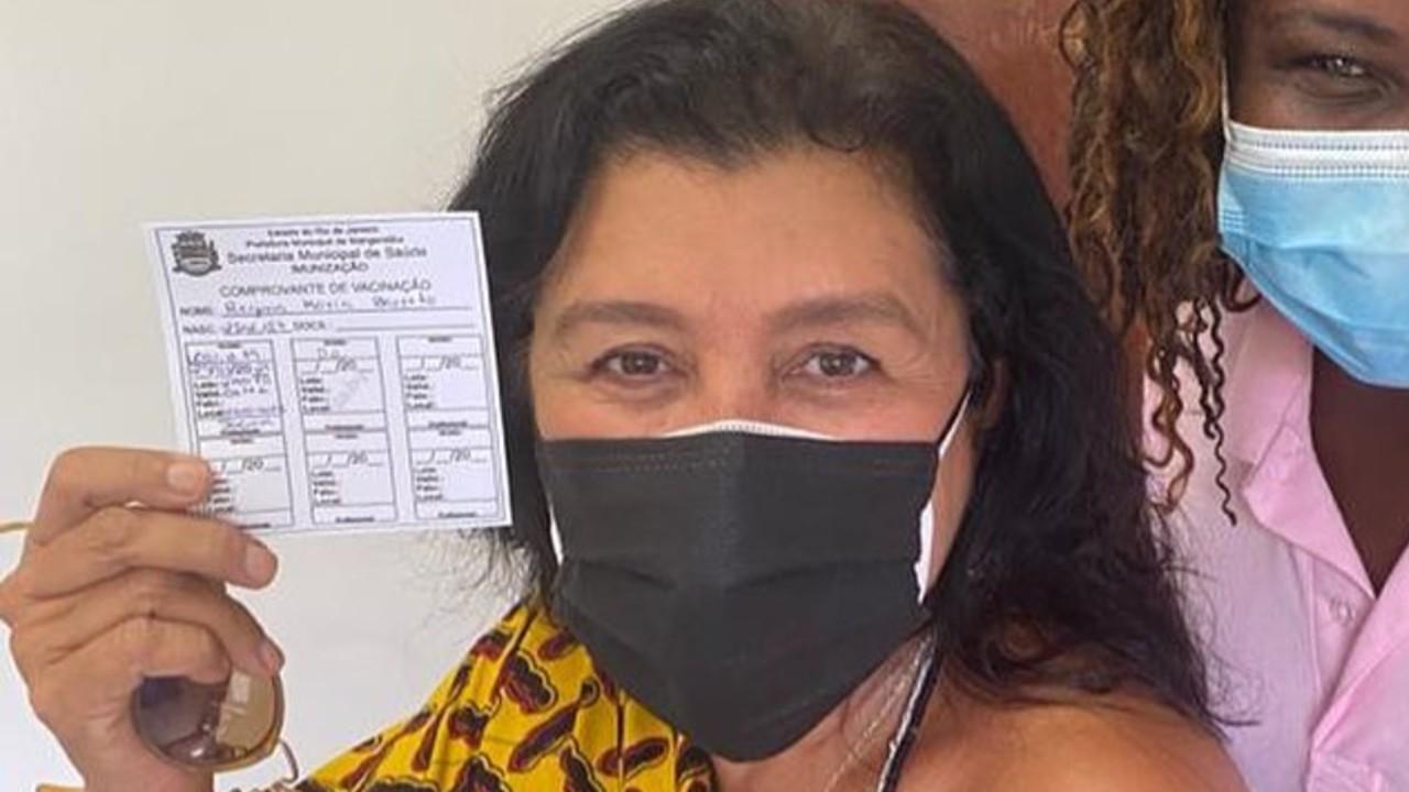 Regina Casé recebe primeira dose contra Covid-19