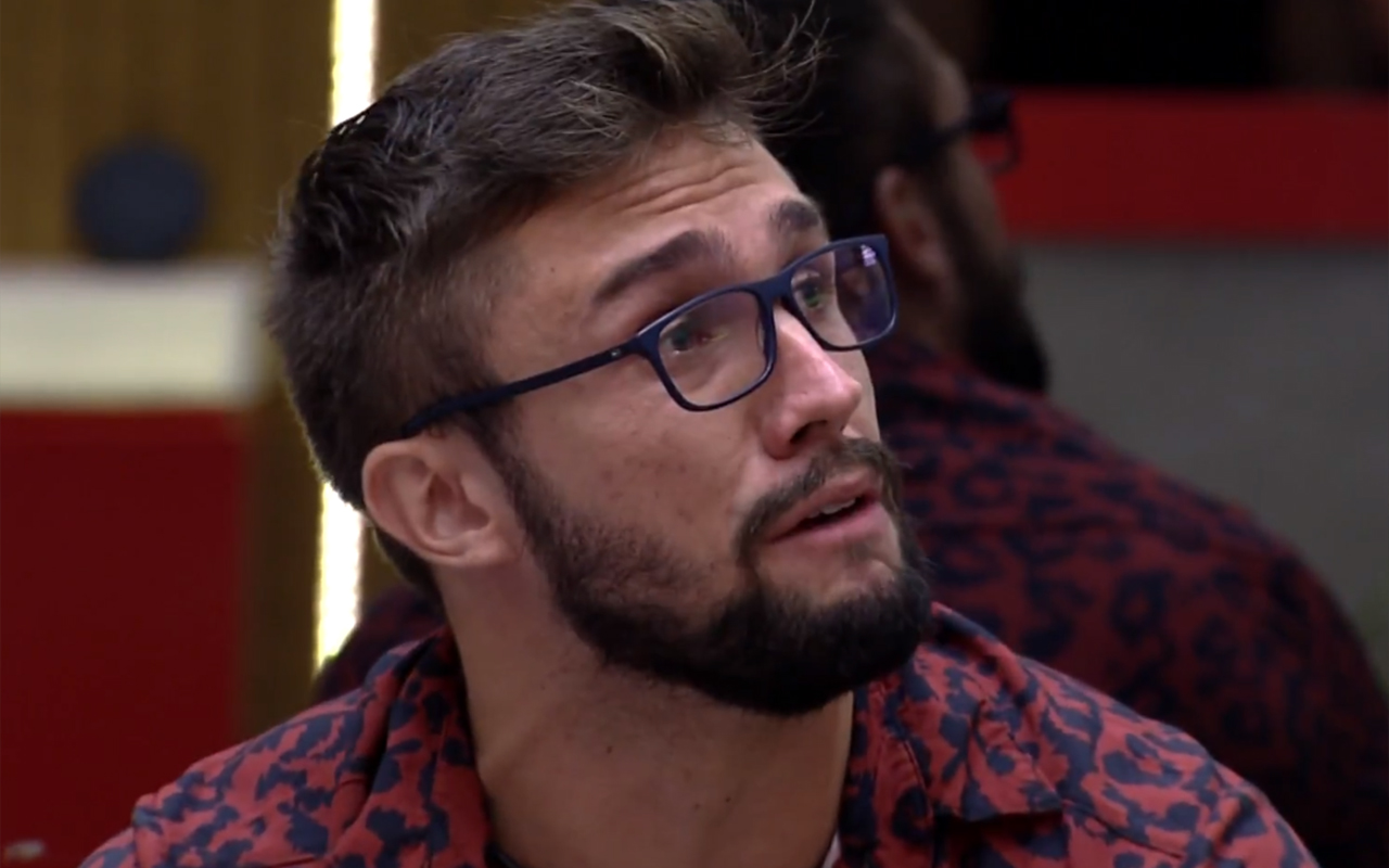 Arthur chora após discutir com Fiuk no Jogo da Discórdia