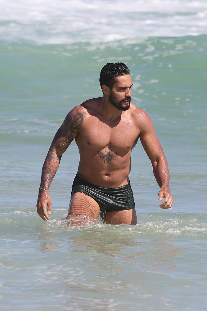 Arcrebiano ostenta corpão musculoso em dia na praia - Crédito: Dilson Silva / AgNews
