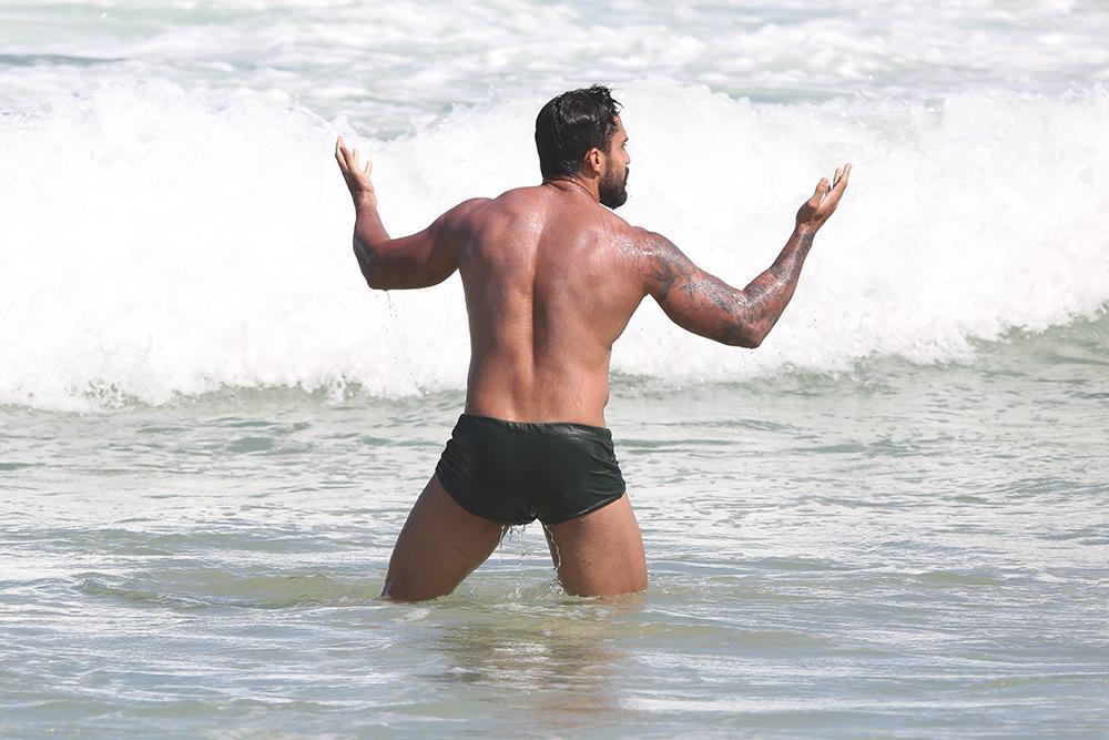 Arcrebiano, o Bil Araújo, ostenta corpão musculoso em dia na praia