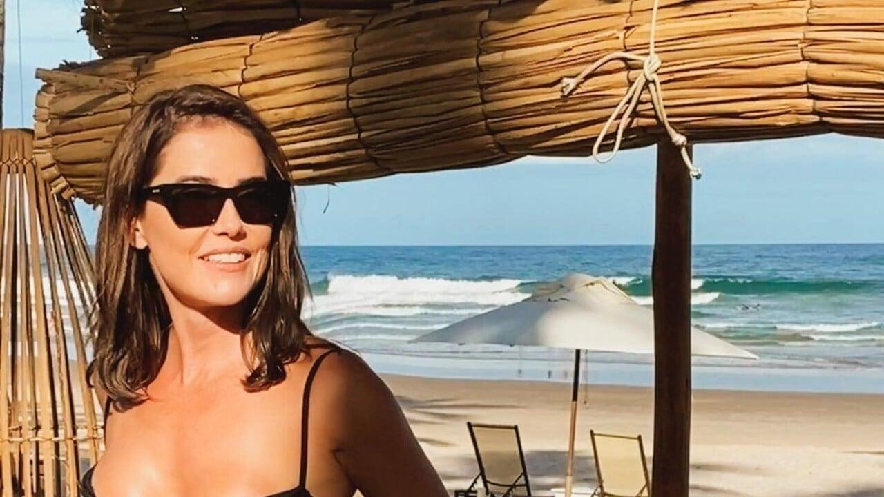 Deborah Secco agita web ao surgir com biquíni fio-dental