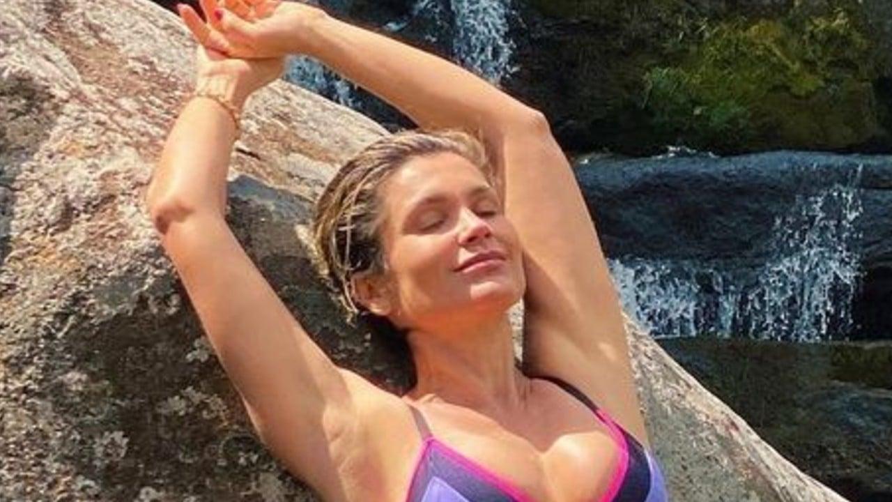 Flávia Alessandra curte cachoeira
