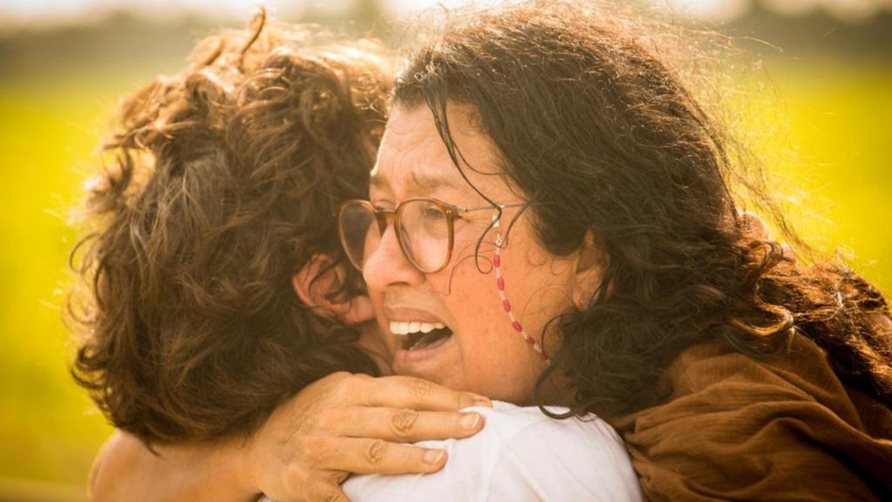 Lurdes (Regina Casé) encontra Danilo (Chay Suede) ao fugir do cativeiro em Amor de Mãe