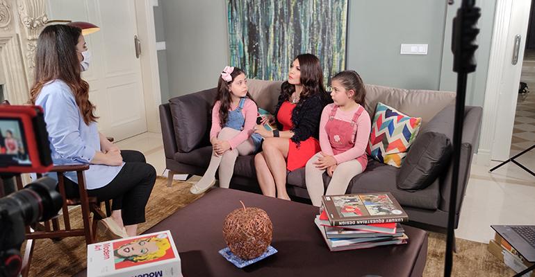 Márcia Goldschmidt com as filhas gêmeas no programa A Noite é Nossa, da Record - Crédito: Record / Divulgação